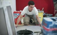 Fliesenleger leisten im Beruf kreative Knochenarbeit