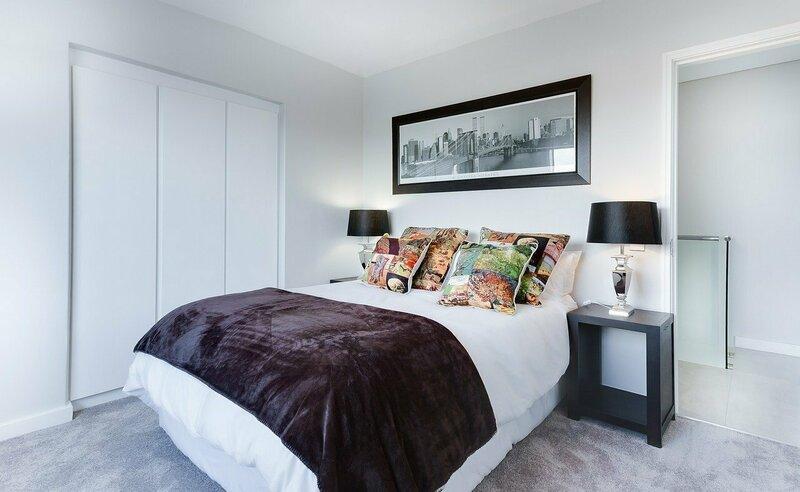 modern-minimalist-bedroom-3100786_1280.jpg