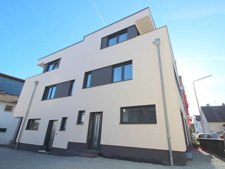 Neuwertige Doppelhaushälfte mit offenem Küchenbereich,Balkon und modernem Dusch- und Wannenbad