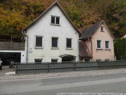 Einfaches, renovbed. Wohnhaus mit Terrasse, Garagen, Waldgrundstück (Steilhang)