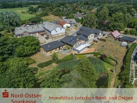 Vielfach seit 2006 modernisiertes Anwesen mit 4 Mietwohnungen, direkter Wasserlage und eigenem See!