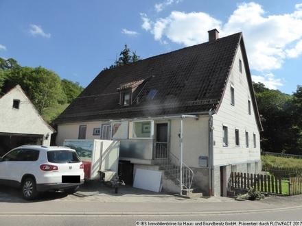 Für geschickte Handwerker: Älteres, renovierungsbedürftige Doppelhaus mit Garage und Carport