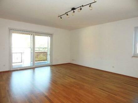 Schicke 3 Zimmer DG- Wohnung mit überdachtem Balkon & TG- Stellplatz, zentral in Passau zu vermieten!