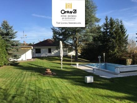 FERNBLICK ERWÜNSCHT? Ebenerdiger Luxusbungalow mit Traumgarten & Pool in exponiertem Wohngebiet!