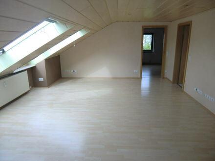 ARNOLD-IMMOBILIEN: Großzügige Dachgeschosswohnung mit Aussicht