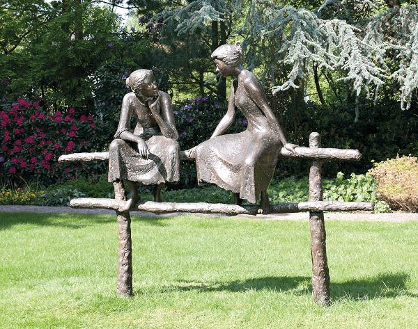 Zwiegespräch_Bronzefiguren.png