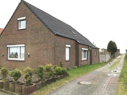 Zwangsversteigerung - Wohnhaus auf großem Grundstück in Moormerland - Tergast