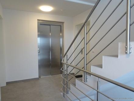 LAYER IMMOBILIEN: 3 Zimmer-DG-Wohnung *Erstbezug* mit Lift, Balkon, Garage und Stellplatz zu kaufen