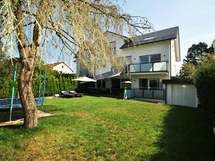 Frankfurt-Schwanheim: Luxuriöses 2-Familienhaus in Bestlage unweit zum Frankfurter Stadtwald!