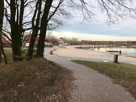 Neuwertige Ferienwohnung am Badesee in Aurich (2)