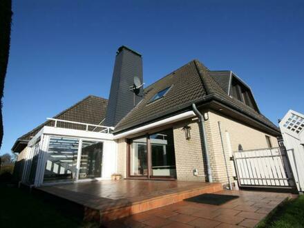 Enormes Platzangebot: Einfamilienhaus mit Doppelgarage, Wintergarten und Einliegerwohnung