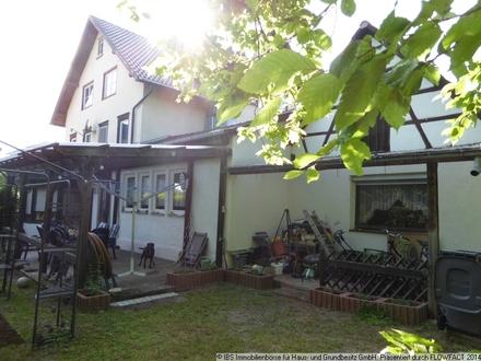 großes Wohnhaus mit Garten