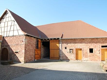 Toll erhaltenes ehemaliges Winzeranwesen mit Dreiseitenhof im Herzen von Edesheim