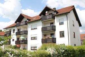 Nähe Krankenhaus. Schöne 3 ZKB DG Wohnung mit Südbalkon und Tiefgaragenplatz - vermietet -