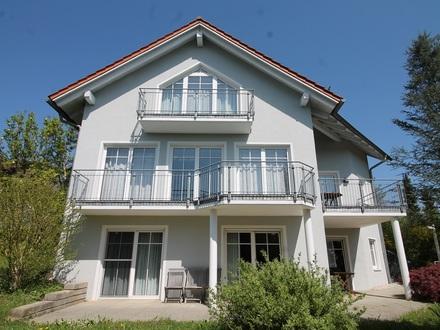 Stadtrandgemeinde Tiefenbach: Top gepflegtes Einfamilienhaus mit 3-Zimmer-Einliegerwohnung, schöne Aussichtslage – Nähe Ortszentrum