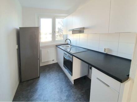 Frisch für Sie renovierte 4 Zimmer Wohnung mit Balkon und Einbauküche!
