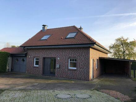 großzügiges Einfamilienhaus mit Terrasse, Garten und Carport.