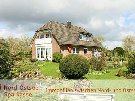 Exklusives Architektenhaus mit herrlichem Garten: Aufgeteilt in 2 Wohnungen und kleinem Appartement