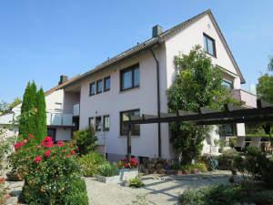 Zweifamilienhaus mit Einliegerwohnung in guter Wohnlage und 3 Garagen