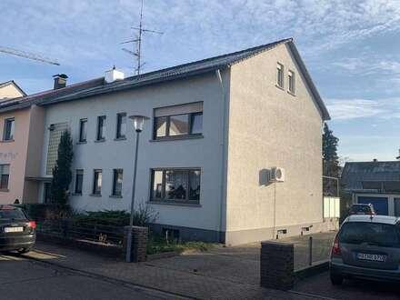 Gemütliche 2 Zimmer DG-Wohnung in ruhiger Lage direkt an der Straßenbahnhaltestelle