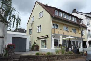 Solides Wohn- und Geschäftshaus: zentral, dennoch ruhig in Geisenheim