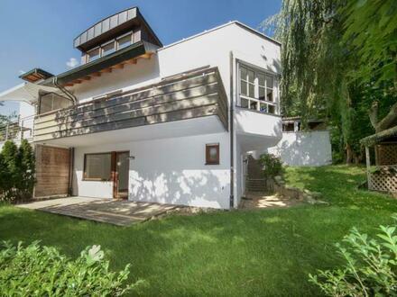 Architektenhaus in Grenzbauweise für Naturverbundene mit besonderem Geschmack