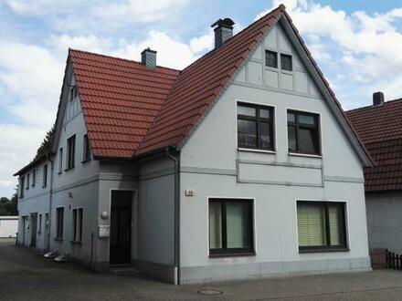 Mehrfamilienhaus mit drei Wohneinheiten, Garage und großem Grundstück