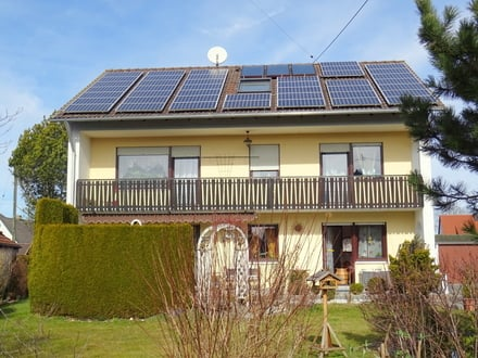 LAYER IMMOBILIEN: Zweifamilienhaus mit PV-Anlage, Doppelgarage, Terrasse und großem Garten
