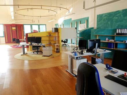 Großraumbüro oder Ausstellungsfläche mit Loftcharakter