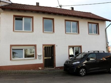 Sanierungsbedürftiges EFH mit kleinem Hof und Nebengebäude