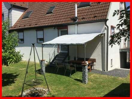 Zum fertig renovieren: Charmante DHH mit sonnigem Garten, Doppelcarport und Garage.