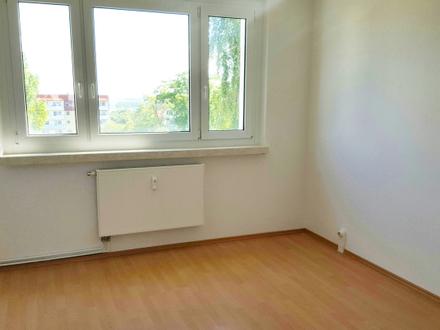 Frisch renovierte 4-Raum-Wohnung mit Einbauküche und Balkon!