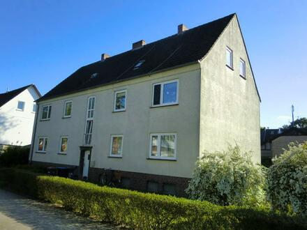 gepflegte Wohnung im Hochparterre ohne Balkon aber mit eigener Gartenfläche.