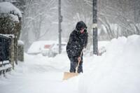 Schnee schippen und Weg räumen