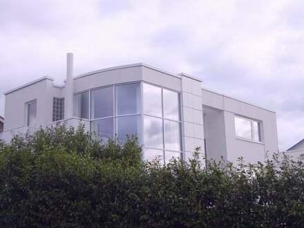 Traumhafte, lichtdurchflutete Architektenvilla in unverbaubarer Südwesthanglage im Grünen