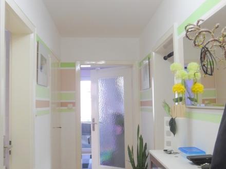 LAYER IMMOBILIEN: Gepflegte 3 ZKB - Wohnung mit Balkon und Pkw-Stellplatz in guter Lage von Bobingen