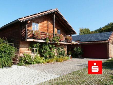 Wohnen und Gewerbe vereinbaren: Gemütliches Holzhaus mit großer Werkstatt