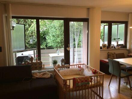 Wohnzimmer mit Blick auf den überdachten Balkon
