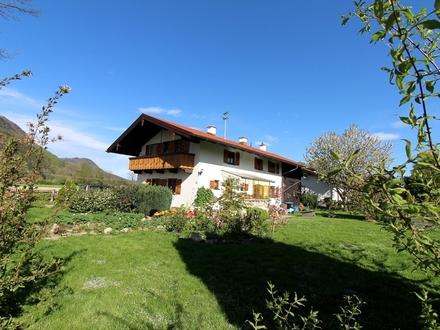 Landhaus mit großem Garten still neben landwirtschaftlichen Flächen