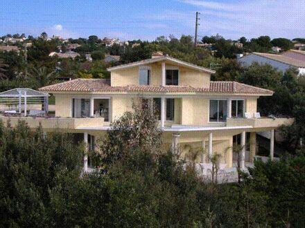 Luxuriöse und außergewöhnliche moderne Villa am Hang, nur 80 m bis zum Strand
