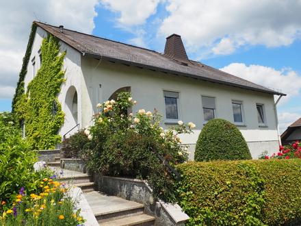 Großes freistehendes Haus in schöner Blicklage mit tollem Garten