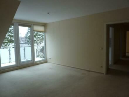 Helle und gut ausgestattete Wohnung mit großem Balkon!