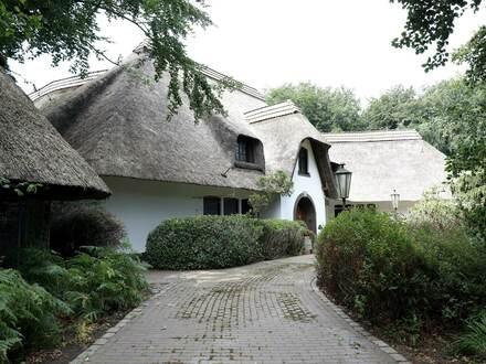 Villa mit großer Parkanlage, Doppelgarage und Remise