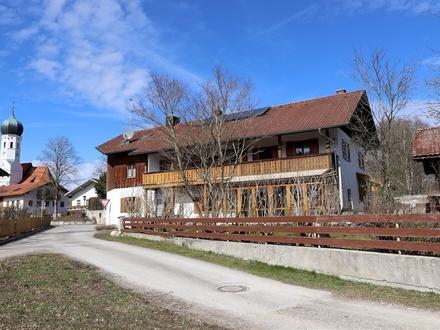 Familienfreundliches MFH mit 3 Wohneinheiten u. weiterem Potenzial in Kleinhelfendorf