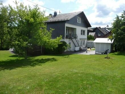 Ebenes Grundstück & einzugsbereit! Ein-/Zweifamilienhaus, 2 Garagen & Doppelcarport in Wilnsdorf