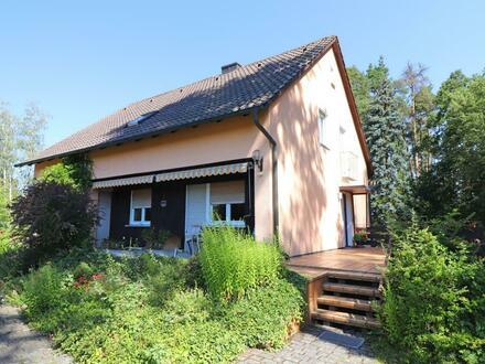 In Randlage! Schönes Ein- oder Zweifam.-Haus mit großem Grundstück und zwei Garagen