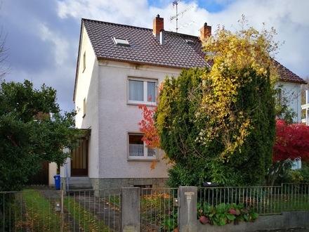 Ruhig gelegene Doppelhaushälfte mit viel Potential in Hofheim