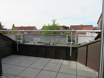 top DG-Wohnung mit Balkon, Granit-/Parkettböden, TG-Platz. Baujahr 2003.