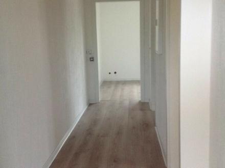 Helle 2-Zimmer Wohnung + Küche, Bad + Autostellplatz