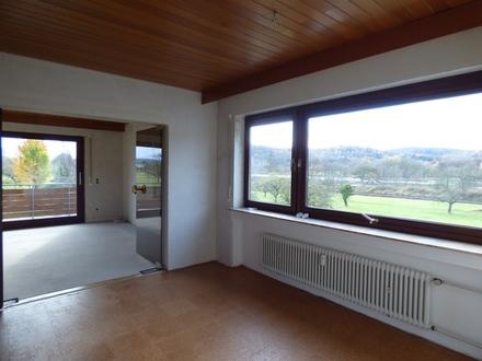 Großzügig Wohnen mit Blick in die Natur: geräumige 4,5 Zimmer im Obergeschoss eines gepflegten 2 Familien-Wohnhauses